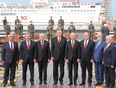 Samsun'da 19 Mayıs kutlamasına damga vuran 'birlik pozu'