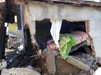 Sinop'ta İki Katlı Ev Yıkıldı, 25 Koyun Telef Oldu