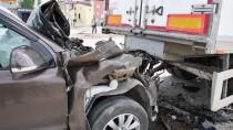 Park Halindeki Dorseye Çarpan Aracın Sürücüsü Yaralandı