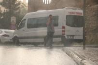 YAĞAN - Vatandaşlar Yağmura Hazırlıksız Yakalandı