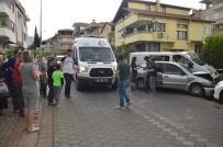 TİCARİ ARAÇ - Denizli'de Mahalleliyi Ayağı Kaldıran Trafik Kazası