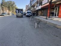 TİCARİ ARAÇ - Esnafın Duba Ve Sandalyeli Yol Kapatmasına Tepki