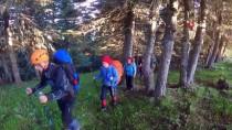 (Özel) Zirveye Tırmanan Dağcılara Ayı Ailesinden Sürpriz