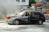 Otomobildeki Yangını Söndürmek İçin Seferber Oldular