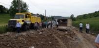 Hafriyat Kamyonu Yola Devrildi, Ortalık Savaş Alanına Döndü