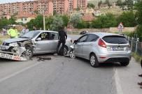 İki Otomobil Kafa Kafaya Çarpıştı Açıklaması 3 Yaralı