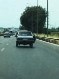 Karayolunda Kapısı Açık Otomobil Kazaya Davetiye Çıkardı