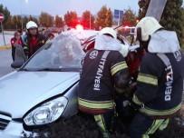 Otomobil İçerisinde Sıkışan 3 Yaralıyı İtfaiye Kurtardı