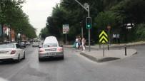 İLGİNÇ GÖRÜNTÜ - 700 bin liralık lüks otomobil yolda kaldı