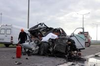 Tıra Çarpan Lüks Araç Hurdaya Döndü Açıklaması 1 Ölü, 1 Yaralı