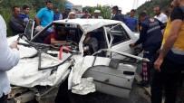 Kamyonetle Çarpışan Otomobil Hurdaya Döndü Açıklaması 3 Yaralı