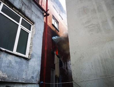 Ataşehir'de can pazarı:3 çocuğunu atıp ikinci kattan atladı!