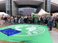 Gençlerden Avrupa Parlamentosu Önünde İklim Protestosu
