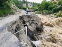 Hakkari'de İki Mahalle Yolu Tehlike Saçıyor