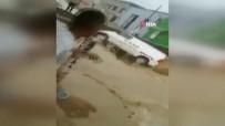 Sel Sularının Sürüklediği Minibüsü Yoldaki Delik Yuttu