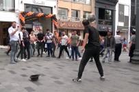 Taksim'de İranlı Top Cambazının Gösterisine Vatandaşlardan Yoğun İlgi