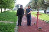 Görme Engelli Kuzeni İçin Engellere Sesli Uyarı Veren Cihaz Üretti