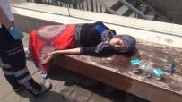 TAKSIM MEYDANı - Taksim'de Kadın Turist Sıcaktan Bayıldı