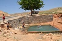 Sıcaklardan Bunalan Çocuklar Sulama Kanalları Ve Havuzlara Akın Etti