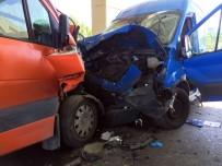 Esenler'de 2 Ticari Minibüs Kafa Kafaya Çarpıştı Açıklaması 2 Yaralı