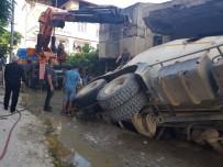 MAĞARACıK - Hatay'da Beton Mikseri Geçişinde Parke Zemin Çöktü