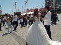 SOKAK SANATÇILARI - İranlı Çift Gelinlik Ve Damatlığını Giyerek Taksim'e 'Fotoğraf' İçin Çıktı