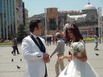 SOKAK SANATÇILARI - (Özel) İranlı Çift Gelinlik Ve Damatlığını Giyerek Taksim'e 'Fotoğraf' İçin Çıktı