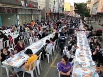 Sultanbeyli'nde Binlerce Vatandaş Gönül Sofraları'nda İftarını Açtı