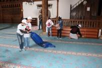 NAYLON POŞET - Beyşehir'de Ortaokul Öğrencileri Cami Temizliği Yaptı