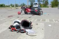 Motosiklet İle Otomobil Çarpıştı Açıklaması 1'İ Ağır 3 Yaralı