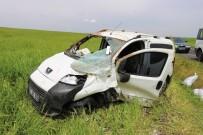Diyarbakır'da Hafif Ticari Araç Şarampole Yuvarlandı Açıklaması 3 Yaralı