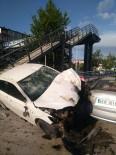 Kontrolden Çıkan Otomobil, Park Halindeki Araçlara Çarparak Durabildi Açıklaması 2 Yaralı