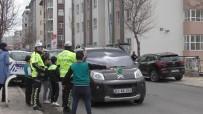 Trafik Polisi Olan Minik Öğrenciler, Sürücülere Broşür Dağıttı