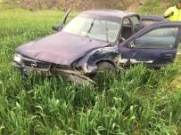 Çarpışan İki Otomobilden Biri Araziye Uçtu Açıklaması 6 Yaralı