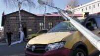 ELEKTRİK DİREĞİ - Elektrik Direği Taksinin Üzerine Devrildi