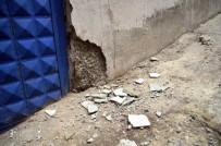Esenler'de Kolonları Çatlayan Bina Boşaltıldı