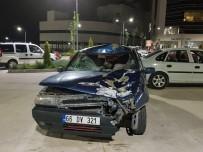 Kaza Yapan Otomobille Hastaneye Gittiler