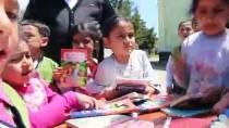 'Onlar Da Okusun' Diye Köy Köy Gezerek, Kitap Dağıtıyorlar