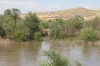 Dicle Nehri'nin Ortasında Mahsur Kalan 7 Çocuğu Ekipler Kurtardı