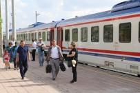 BOSTANCı - Doğu Ekspresi Yolcularına Karanfilli, Halaylı Karşılama