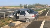 Bariyerlere Çarpan Otomobil Su Kanalına Düştü Açıklaması 3 Yaralı