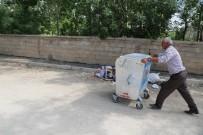 VATANDAŞLıK - Yüksekova'da Mahallelere Çöp Konteynerleri Bırakıldı