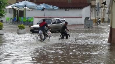 İnegöl'de Aniden Bastıran Yağmur Sokakları Göle Çevirdi