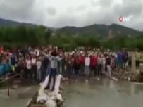 KOLOMBIYA - Kolombiya polisi Venezuelalıları engellemek için köprü söküyor