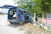 Hafif Ticari Araç Evin Çevre Duvarına Çarptı Açıklaması 4 Yaralı