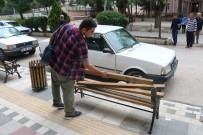 Sandıkı'da Oturma Banklarına Zarar Verildi