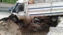 AŞIRI YAĞIŞ - Aşırı Yağış Nedeniyle Yol Çöktü, Kamyonet Çukura Düştü