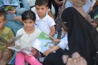 Kadınlar Çocukları İle Parkta Kitap Okudu