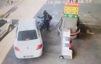 Motosiklet sürücüsünün yumruğu kamerada