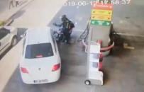 (Özel) Motosiklet Sürücüsünün Benzin İstasyonunda Aracı Üzerine Kıran Sürücüye Yumruğu Kamerada